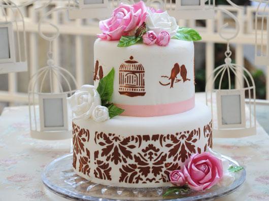 کیک با تزئین استنسیل و گلهای آبنباتی