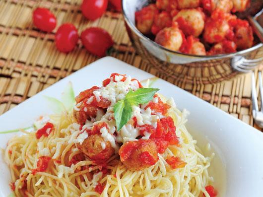 پاستا با سس گوجه فرنگی و كوفته مرغ