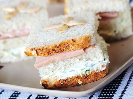 ساندویچ مرغ و بادام