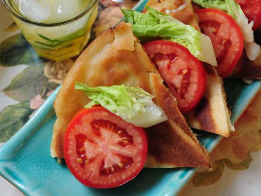صبحانه با پنیر گودا و نان پیتا