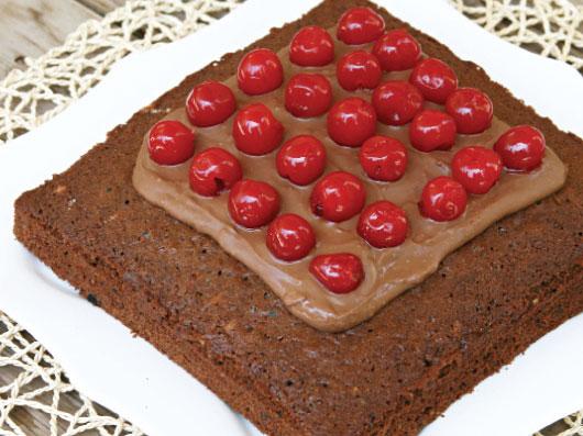 طرز تهیه کیک شكلاتی با گیلاس