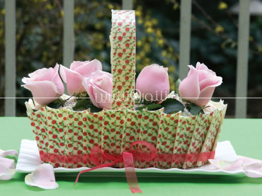 طرز تهیه کیک با تزئین گلهای بهاری