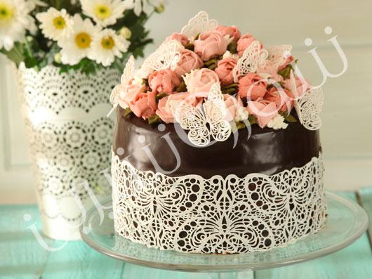کیک توتفرنگی با گلهای بهاری