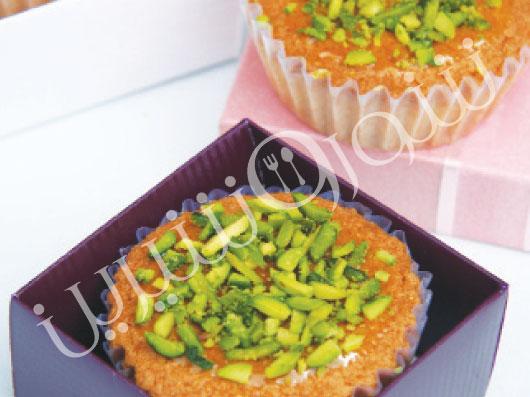 طرز تهیه کیک های کوچک با شکلات سفید و پسته