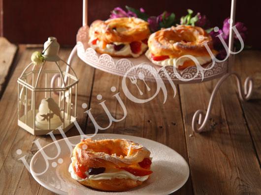 حلقۀ نان خامه ای و ميوه های فصل