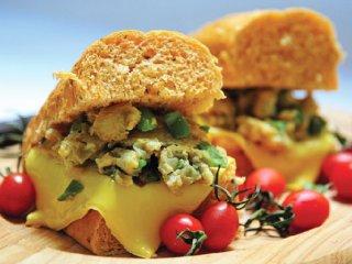 ساندويچ تخممرغ با نان سير