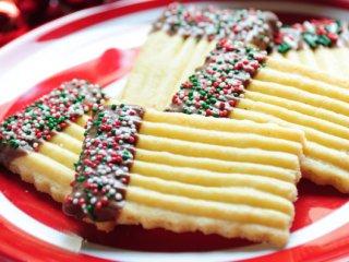 شیرینی با شکلات و ترافلهای رنگی