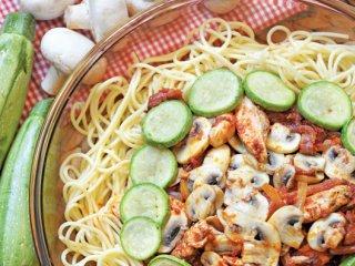 اسپاگتی با فیله مرغ و كدو سبز