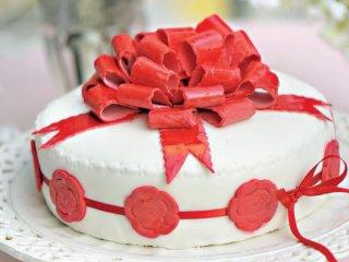 کیک تر با تزئین روبانهای خوراکی