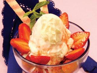 توت فرنگی با بستنی