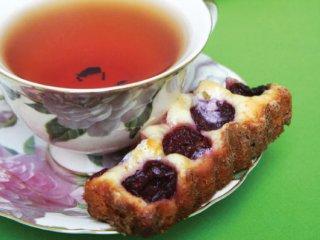 شیرینی برشی با آلبالو