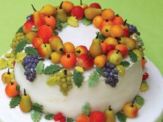 تزئین كیك با میوههائی از  خمیر مارسیپان