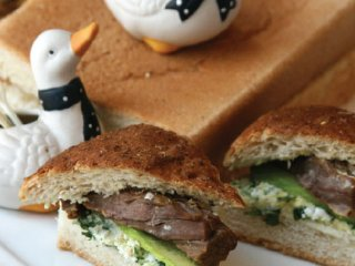 ساندویچ های كوچك گوشت و خيار