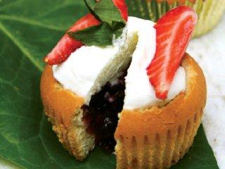 طرز تهیه کیک فوری با تزئین توتفرنگی