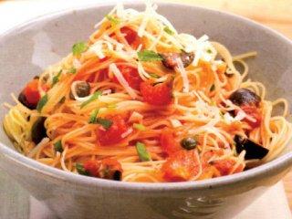 اسپاگتی با فلفل قرمز، گوجهفرنگی و زیتون سیاه