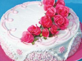 طرز تهیه کیک تر با تزئین خامه و گل رُز