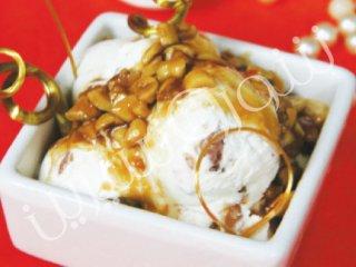 بستنی با سس بادام زمینی